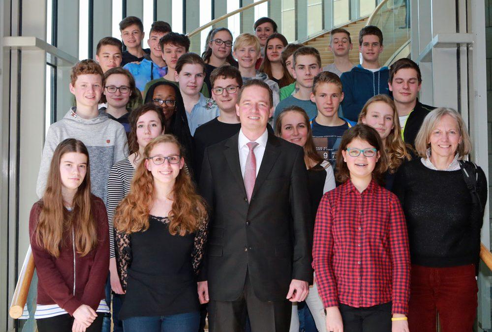 Elisabeth-von-Thüringen Realschule besucht Gregor Golland im Landtag