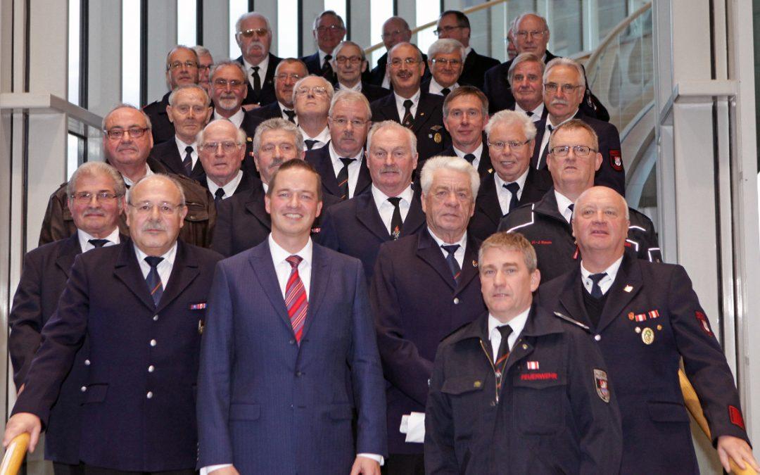 Feuerwehrmänner aus Bedburg im Landtag