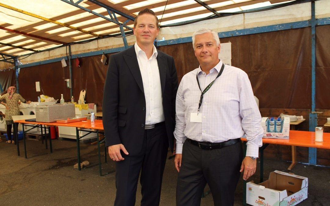 Golland macht sich Bild von Flüchtlings-Notunterkunft