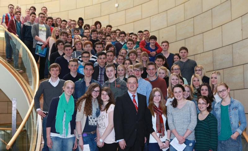 90 Schüler des Silverberg-Gymnasiums informieren sich im Landtag