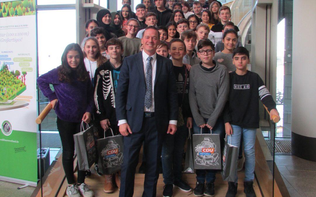 Schüler der Erich-Kästner-Schule im Landtag zu Gast
